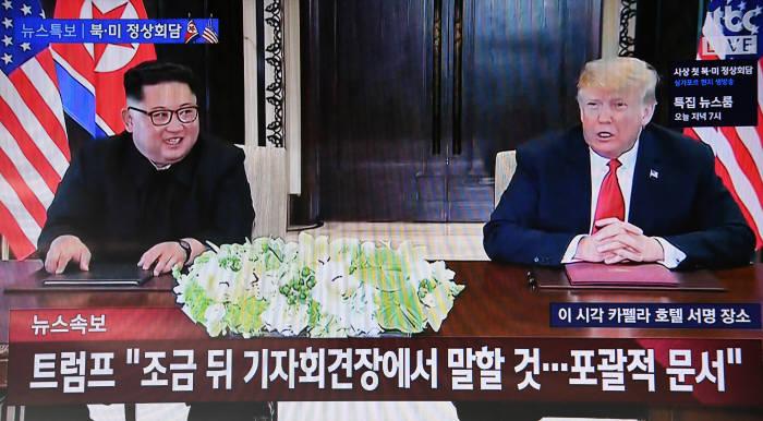 """[북미정상회담]65년만에 처음 만나 사인한 김정은·트럼프…""""중대한 변화"""""""
