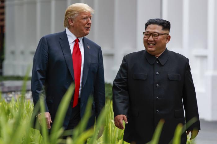 북미정상회담이 열린 12일 오후 싱가포르 센토사 섬 카펠라호텔에서 (왼쪽부터)미국 도널드 트럼프 대통령과 북한 김정은 국무위원장이 업무오찬을 마친 뒤 산책을 하고 있다