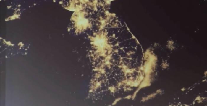 영상에서는 북한의 고립과 번영의 미래를 번갈아 소개하면서, 불이 꺼져 깜깜하던 한반도 절반 위의 북한 지역에 환하게 불이 켜지는 모습을 보여주기도 한다. <사진 출처=유튜브 캡쳐>