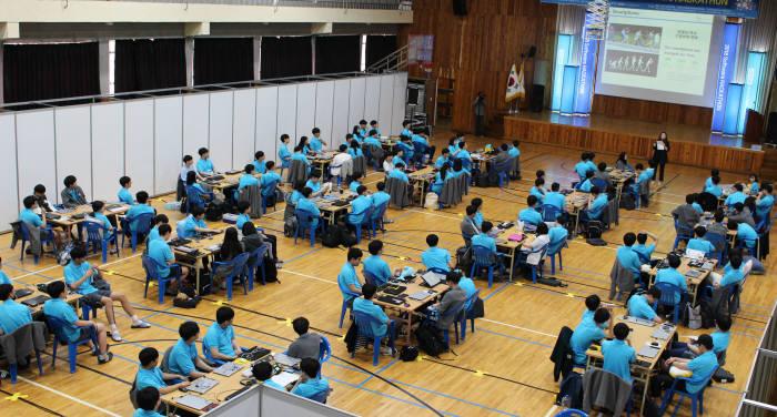 대구소프트웨어고등학교가 주최한 SW해커톤대회 모습. SW해커톤대회는 12일과 13일 이틀동안 대구SW고 체육관에서 열렸다.