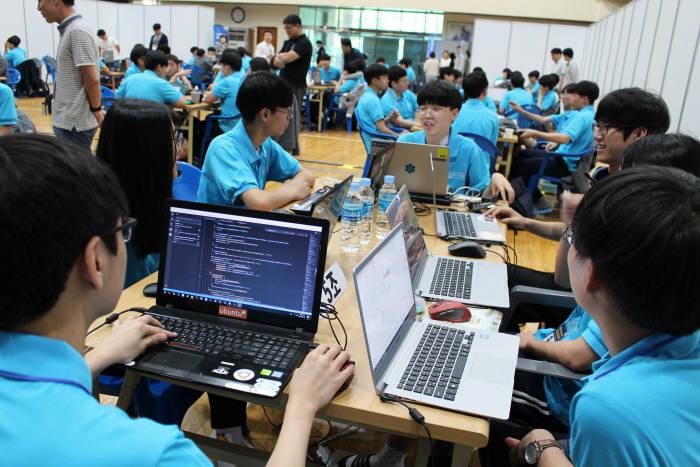 대구SW고 SW해커톤대회에서 학생들이 아이디어 회의를 하고 있다.