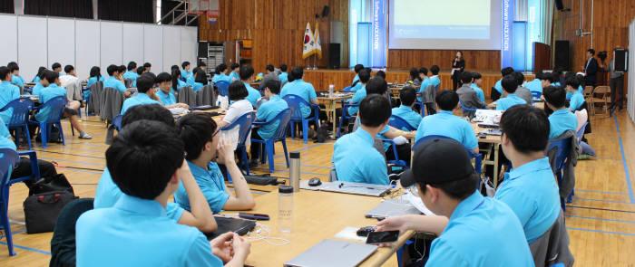 SW해커톤대회가 시작되기 전 김민희 신라시스템 부사장이 '4차산업혁멍시대 미래산업과 인재'라는 주제로 기조연설하고 있다.