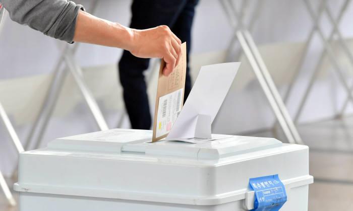 [6·13 지방선거]오후 1시 투표율 43.4%…사전투표율 포함