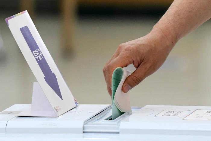 [6·13 지방선거]오후 2시 현재 46.8%...밤 10시30분께 당락 나올 듯