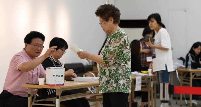 [6·13 지방선거]투표종료 1시간 전...전국 투표율 55.9%