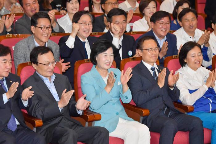 [6·13 지방선거]출구조사 결과 보는 민주당
