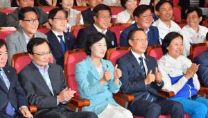 잇따른 악재에도 압승한 민주당...'한반도 평화분위기' '국정농단' 반사효과