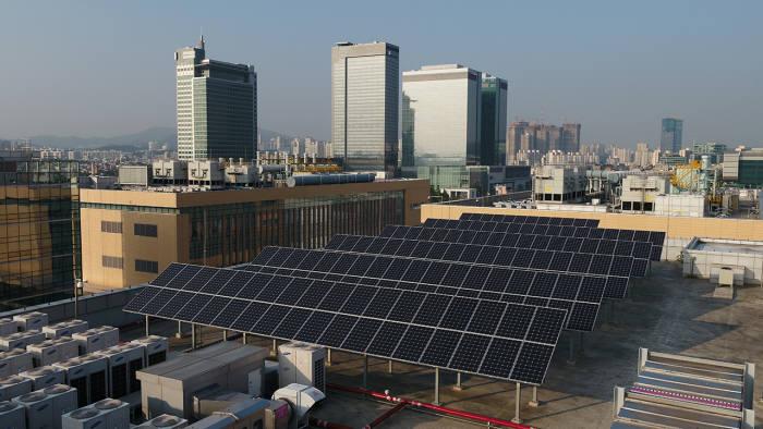 삼성전자 수원사업장 종합기술원 옥상에 설치된 태양광 발전 패널 모습.