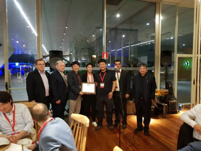ETRI 연구진과 공동연구진이 IEEE 방송기술협회 최우수논문상을 수상하는 모습