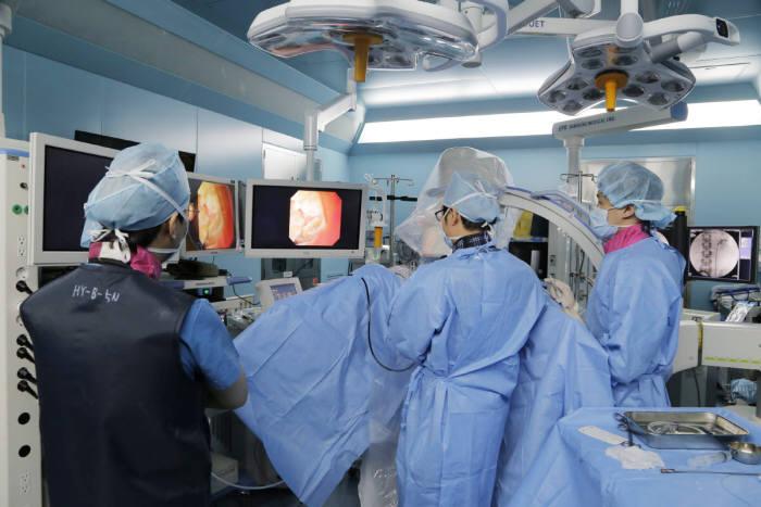 가톨릭관동대 국제성모병원 의료진이 연성요관 내시경을 시술하고 있다.