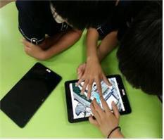 앱을 활용해 건물의 부피를 계산하는 학생들의 모습.