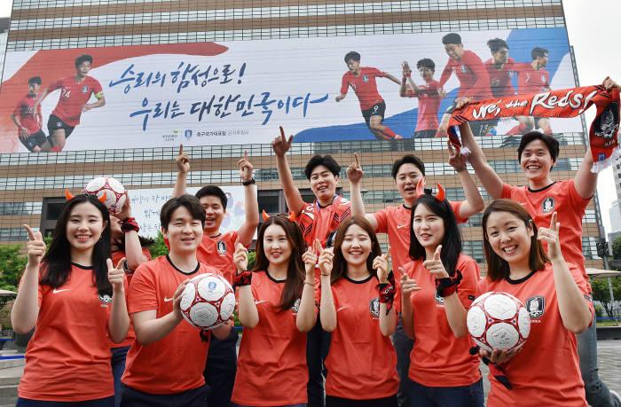 교보생명, 광화문에 초대형 월드컵 응원 래핑 선보여