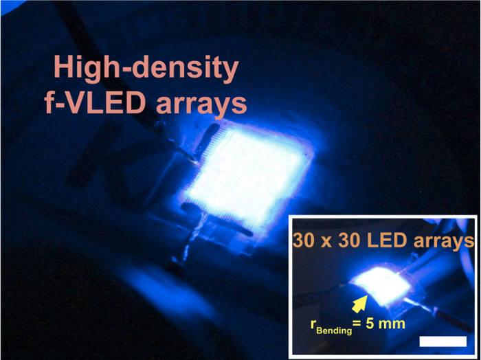 KAIST가 개발한 고효율 유연 수직형 청색 마이크로 LED를 구동한 모습.