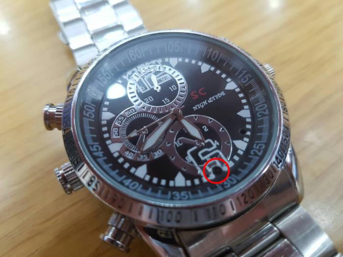 몰래카메라(붉은 선)가 장착된 손목시계(사진=전자신문DB)