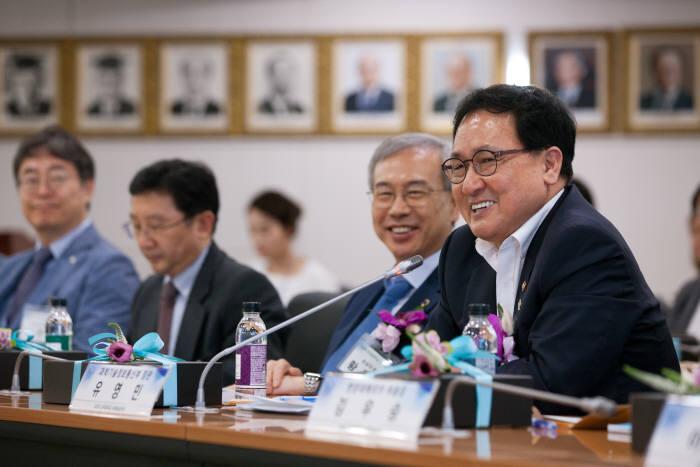 과학기술정보통신부가 19일 오후 서울 광진구 건국대학교에서 '2018년도 소프트웨어(SW)중심대학 간담회'를 개최했다. 유영민 과학기술정보통신부 장관이 인사말을 하고 있다.