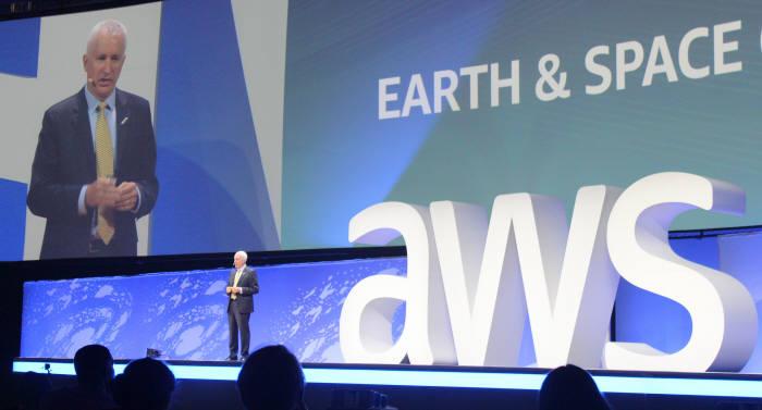 롭 마이어슨 블루오리진 수석부사장이 19일(현지시간) 미국 워싱턴D.C. 워싱턴컨벤션 센터에서 열린 'AWS 공공부문 서밋 2018'에 키노트 스피치를 하고 있다. AWS코리아 제공