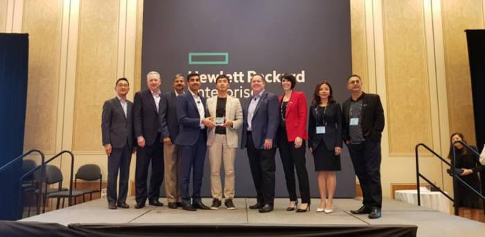 에임투지는 미 HPE로부터 `아시아퍼시픽 톱 그로스 파트너 2018' 상을 수상했다. 김선태 에임투지 상무(왼쪽 5번째)가 수상후 기념 촬영하고 있다.