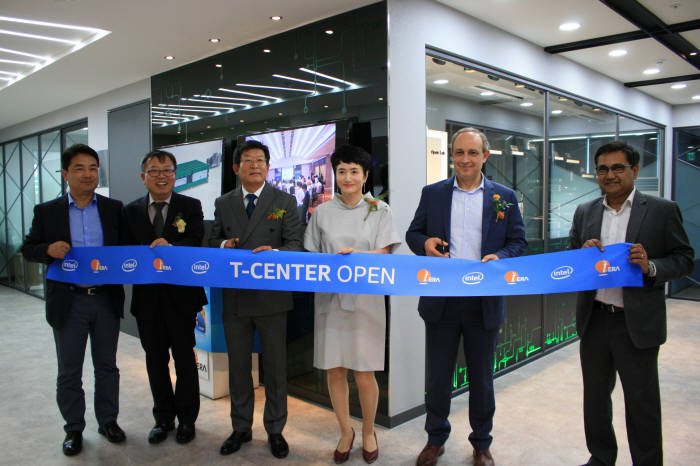 테라텍은 인텔 최신 데이터센터 기술을 접목해 최적화한 HW·SW 환경을 구축한 T 센터를 오픈했다. 왼쪽부터 김현태 인텔코리아 전무, 양승욱 전자신문 부사장, 공영삼 테라텍 대표, 권명숙 인텔코리아 대표, 타하 무길 인텔 데이터센터 솔루션그룹 시니어디렉터, 아슈위니 바트네이저 인텔 APJ 비즈니스 디벨로프먼트 매니저.