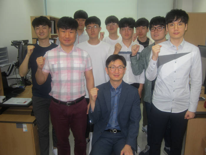 이규빈 GIST 융합기술학제학부 교수(가운데)와 센서 전문가인 서호건 박사(앞줄 왼쪽)와 자연어 처리에 탁월한 김현 박사(앞줄 오른쪽) 등 연구원들.