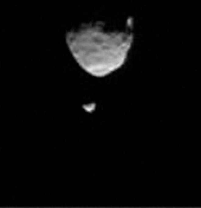 화성 위성인 포보스(위)와 데이모스(아래). 화성 표면을 탐사하는 NASA의 큐리오시티가 2013년 8월 1일 한 화면으로 잡았다.(출처:NASA/JPL-Caltech)