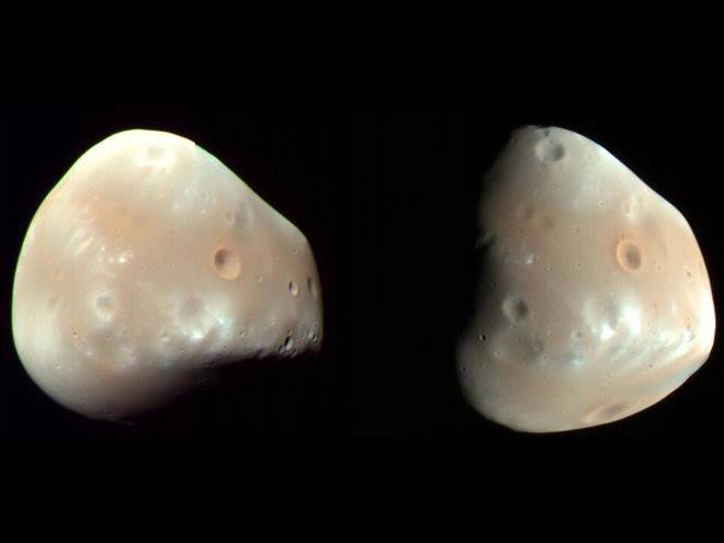 화성정찰위성이 찍은 데이모스. 매끄럽게 보이는 표면에 최근 충돌한 것으로 보이는 크레이터가 흩어져 있다.(출처: NASA/JPL/University of Arizona)