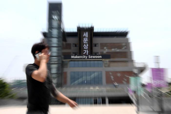 세운상가가 4차 산업혁명의 창업 메카로 거듭난다. 서울시는 탄탄한 제조 기반을 바탕으로 하드웨어 스타트업 지원에 특화시킬 방침이다. 25일 서울 종로구 세운상가 모습. 이동근기자 foto@etnews.com