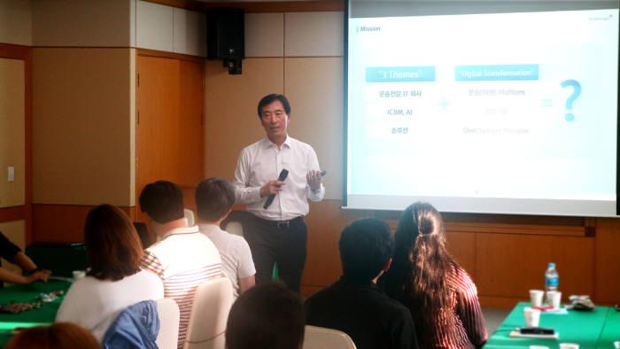 25일 아시아나IDT가 금호설악리조트에서 실시한 조직활성화 교육에서 한창수 대표가 CEO 특강을 진행하고 있다. 아시아나IDT 제공