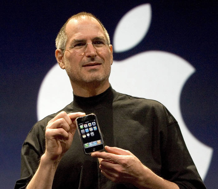 2007년 1월 9일 맥월드서 아이폰을 발표하는 스티브 잡스.