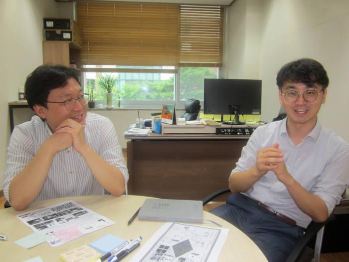 홍진혁(오른쪽)·김승준 GIST 융합기술학제학부 교수가 AI와 HCI에 대해 얘기를 나누고 있다.