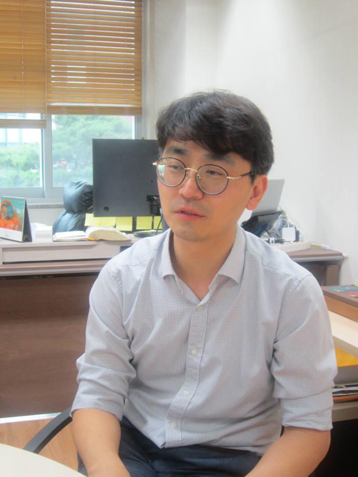 """홍진혁 교수는 """"새로운 AI 기술 개발과 함께 HCI 연구자로서 사람의 일상생활에 유익하게 활용되는 AI 기술에 대한 연구에 매진하고 있다""""고 말했다."""