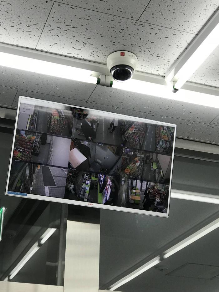 무인 편의점에는 9대 CCTV가 설치됐다. 40인치 TV에서 편의점 상황을 한눈에 볼 수 있다.