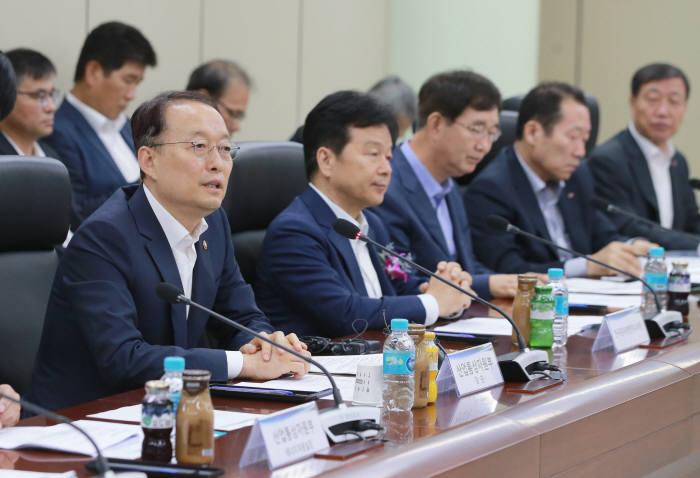 2일 서울 한전아트센터에서 열린 민관 합동 '원전 수출전략협의회'에서 백운규 산업통상자원부 장관(왼쪽 첫 번째)이 발언하고 있다.