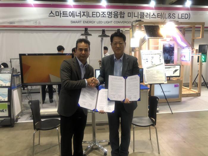 스마트에너지LED조명융합미니클러스터 이원형 회장(오른쪽)과 카슌그룹 N. 카세반 프로젝트 컨설턴트가 스마트 시티 플랫폼 비즈니스를 위한 MOU 체결후 기념활영하고 있다.