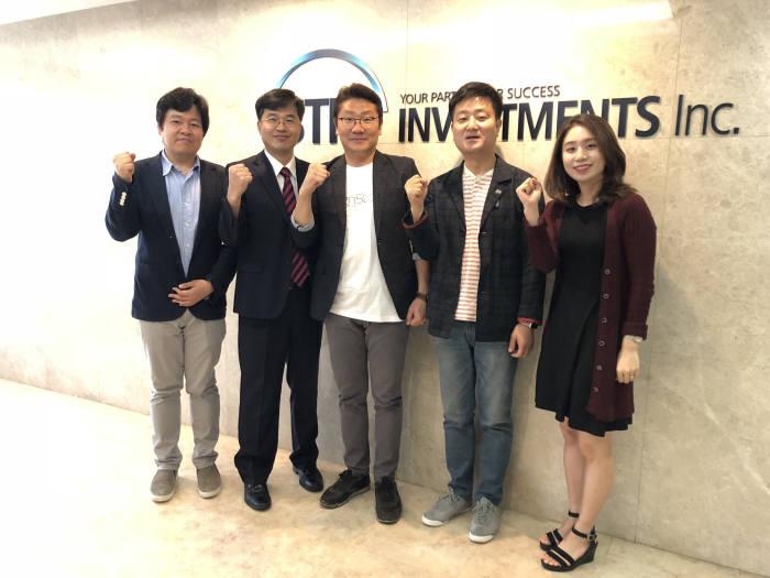 유창훈 대표(왼쪽 세번재)와 이준호 대표 등 스틱인베스트먼트 관계자와 함께 파이팅을 외치고 있다.