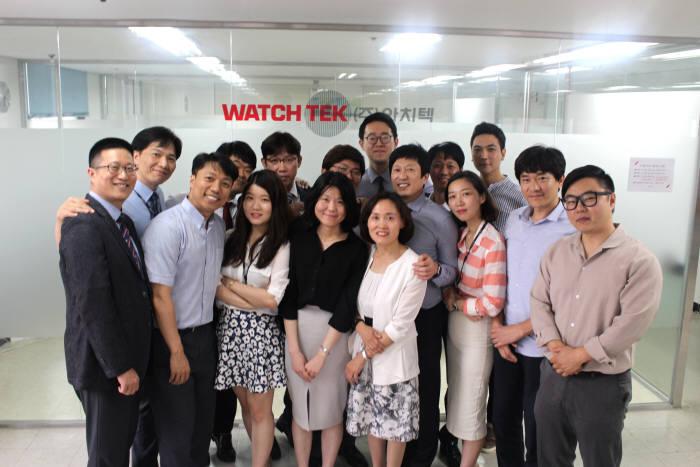 와치텍은 20년 가까이 통합운영관리솔루션 분야에 집중하고 있다. 박권재 대표(오른쪽 네 번째)는 직원과 고객이 와치텍을 자랑스럽게 평가하는 회사로 만들고 싶다고 포부를 밝혔다.