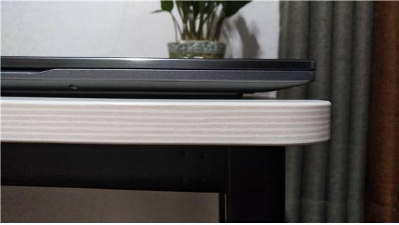 오디세이 Z의 두께는 테이블보다 얇다