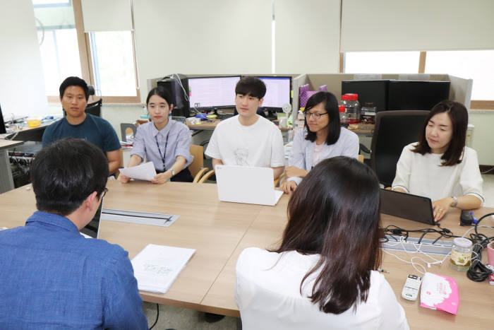 남호정 GIST 교수(맨 오른쪽)가 학생들과 AI 기술을 활용한 신약개발 프로세스에 대해 논의하고 있다.