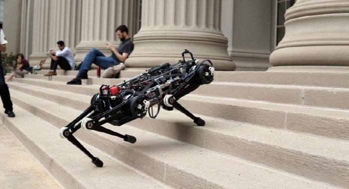 MIT가 공개한 4족 보행 로봇 치타3 계단 이동 장면. <MIT 자료>