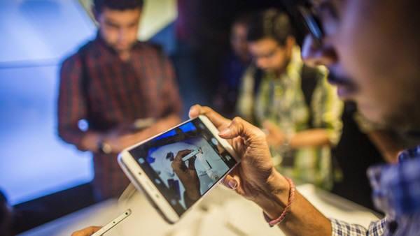 인도 소비자가 스마트폰을 살펴보고 있다.