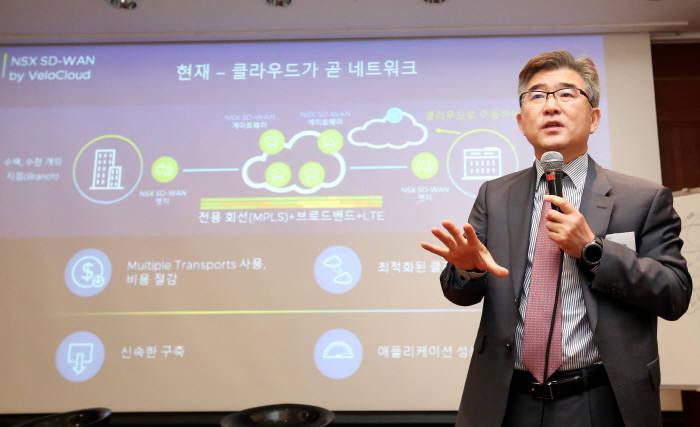 10일 그랜드인터컨티넨탈 서울 파르나스에서 열린 VM웨어 기자간담회에서 전인호 VM웨어코리아 지사장이 버추얼 클라우드 네트워크(VCN)에 대해 설명하고 있다. VM웨어코리아 제공