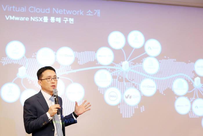 10일 그랜드인터컨티넨탈 서울 파르나스에서 열린 VM웨어 기자간담회에서 정석호 VM웨어코리아 이사가 VCN에 대해 설명하고 있다. VM웨어코리아 제공