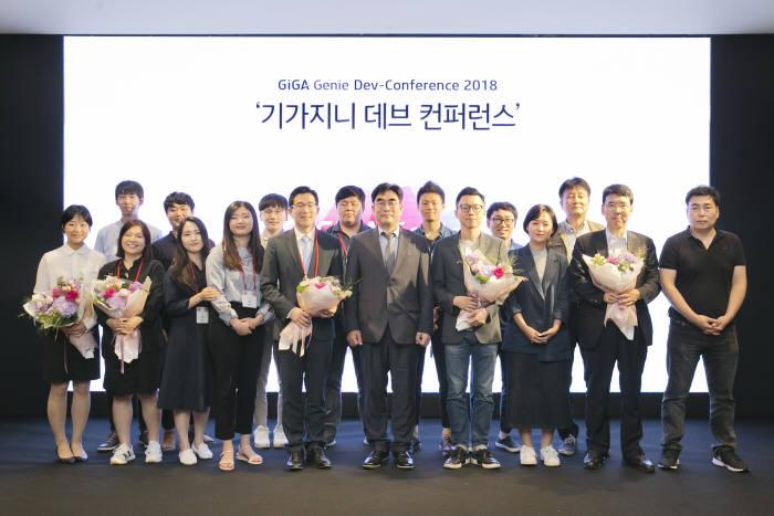 이동면 KT 융합기술원장(앞줄 가운데)이 기가지니 데브컨퍼런스 참가자와 공모전 시상식 후 기념촬영했다.