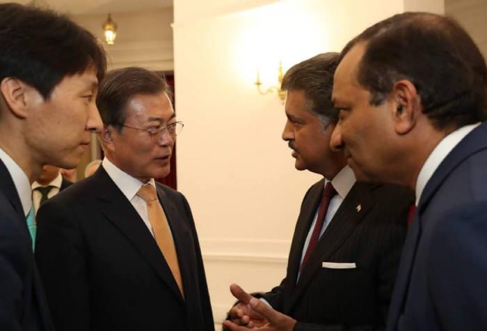 마힌드라 회장은 10일(현지시간) 오후 인도 뉴델리 총리 영빈관에서 열린 한·인도 최고경영자(CEO) 라운드테이블에서 문재인 대통령을 만나 대화를 나누고 있다. <출처:대한민국 청와대>