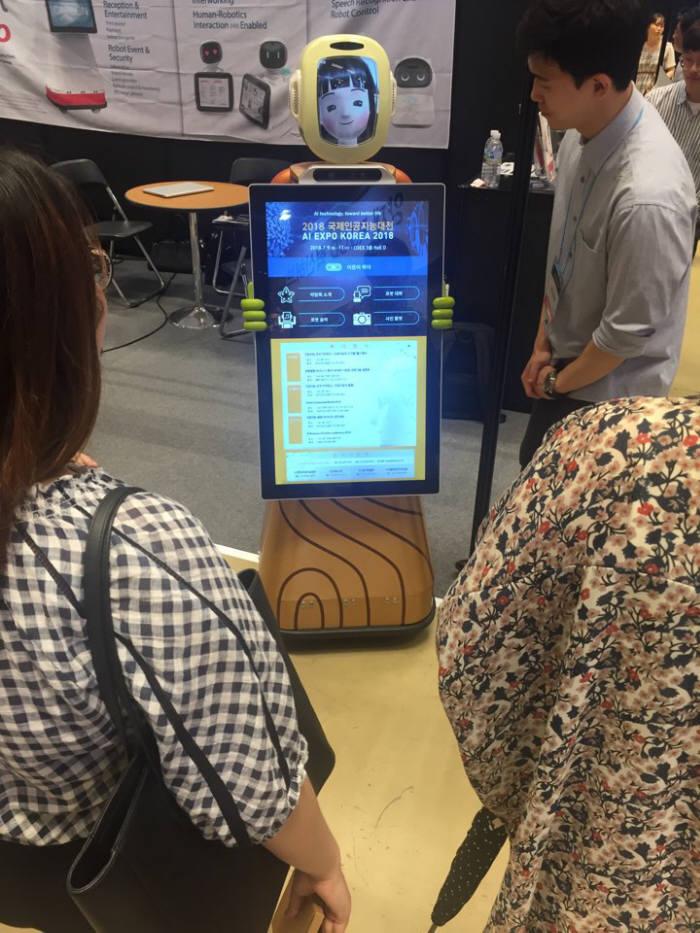 서울 삼성동 코엑스에서 열린 2018 국제인공지능대전에 전시된 퓨처로봇사가 제작한 AI 안내로봇.