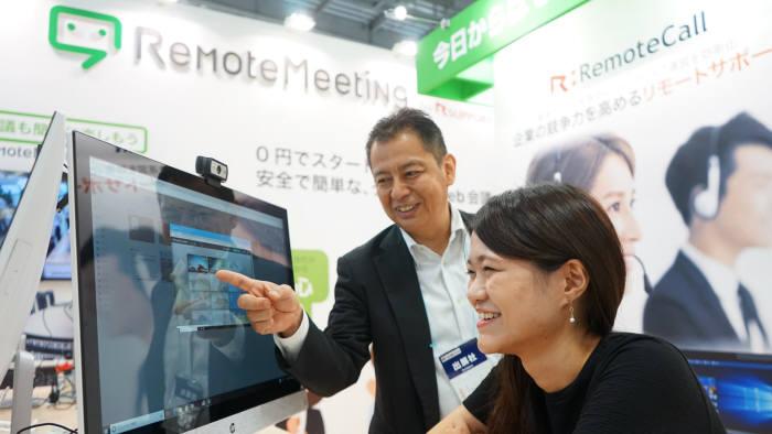 일본에서 열린 일하는 방식 개혁 엑스포에서 알서포트 관계자가 체험부스 방문자에 자사 원격근무솔루션을 설명하고 있다. 알서포트 제공