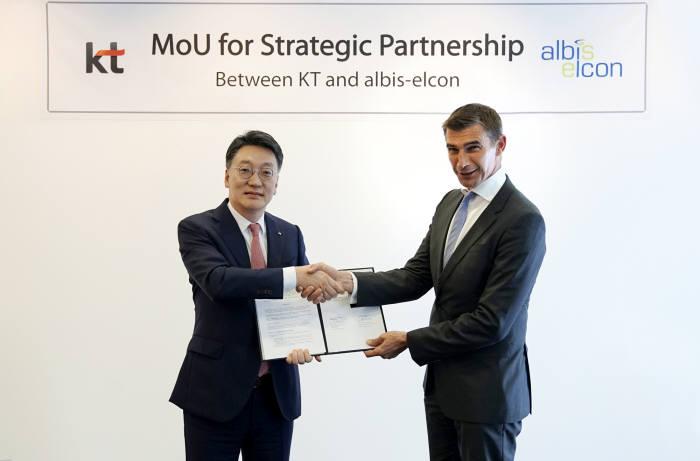 김형준 KT 글로벌사업단장 전무(왼쪽)와 베르너 노이바우어 알비스엘콘 CEO (오른쪽)가 업무협약을 체결했다.