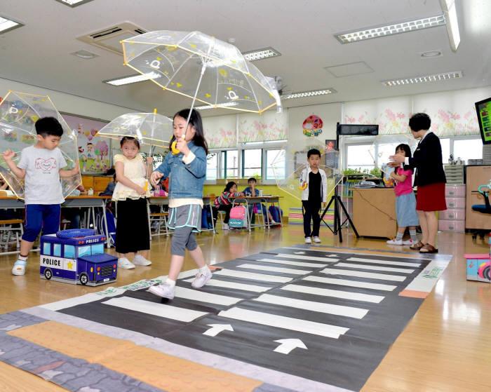 현대모비스 어린이 투명우산 나눔 캠페인(제공=현대모비스)