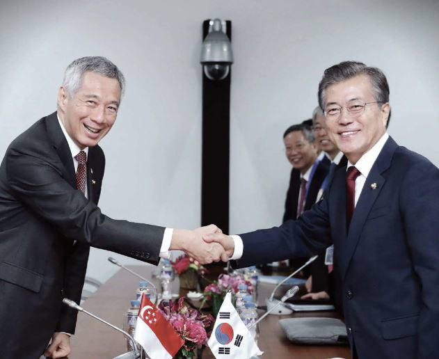 지난해 11월 문재인 대통령과 리센룽 싱가포르 총리가 필리핀 마닐라 필리핀국제컨벤션센터(PICC)에서 양자회담을 가졌다<사진:청와대 페이스북>