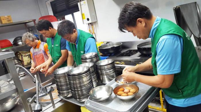 삼천리 임직원들이 저소득층을 대상으로 무료급식 지원 봉사를 벌이고 있다.