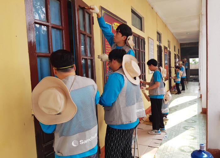 삼천리 임직원들이 베트남 지역학교 교육시설을 개선하는 해외봉사 활동을 벌이고 있다.